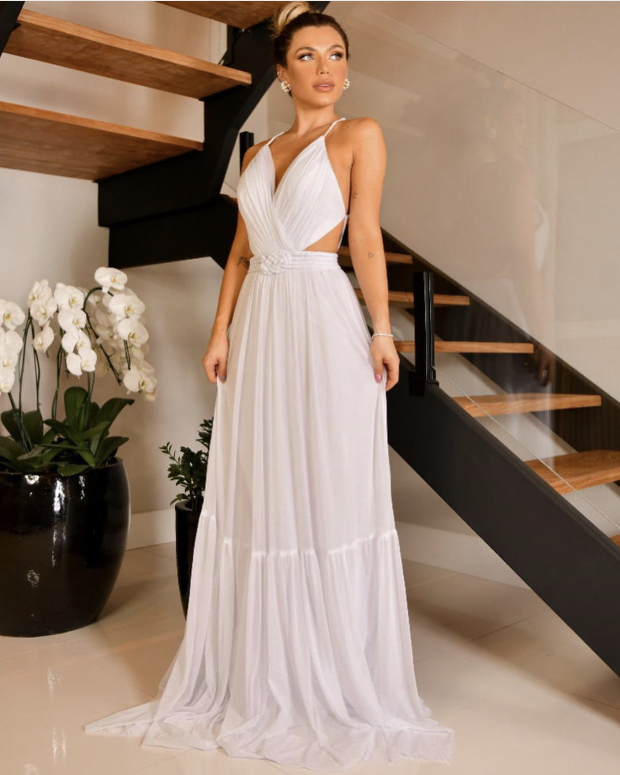 Vestido Branco Longo Busto Estruturado e Alças Finas Cruzadas nas Costas